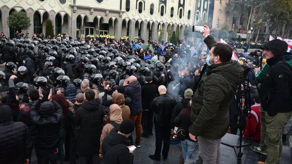 Спецназ вытесняет митингующих с территории у здания парламента на проспекте Руставели. Акция протеста 18 ноября - Sputnik Грузия