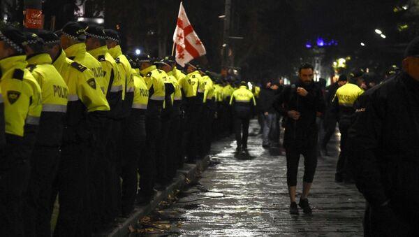 Полицейские пытаются помешать оппозиции вновь занять проезжую часть проспекта Руставели. Акция протеста оппозиции 18 ноября - Sputnik Грузия
