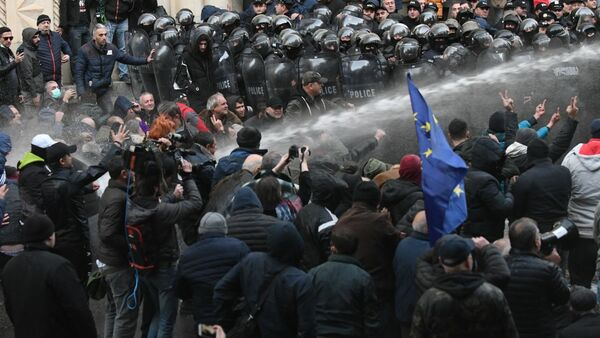 Противостояние сторонников оппозиции и спецназа у здания парламента Грузии. Акция протеста оппозиции 18 ноября - Sputnik Грузия
