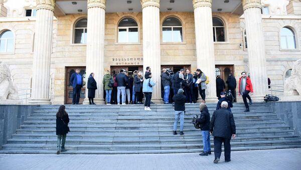 Тбилисский городской суд. У входа в здание во время судебного процесса над задержанными - Sputnik Грузия