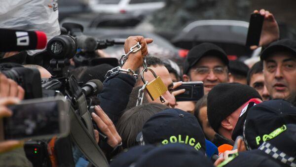 Представители оппозиции вешают замки на ограду здания Правительственной канцелярии во время акции протеста 21 ноября 2019 - Sputnik Грузия