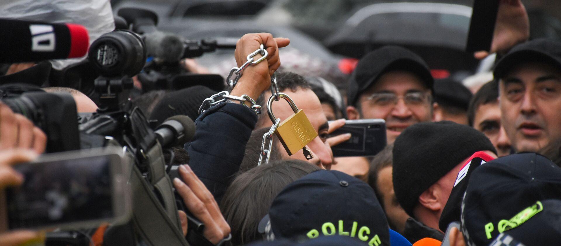 Представители оппозиции вешают замки на ограду здания Правительственной канцелярии во время акции протеста 21 ноября 2019 - Sputnik Грузия, 1920, 02.04.2021