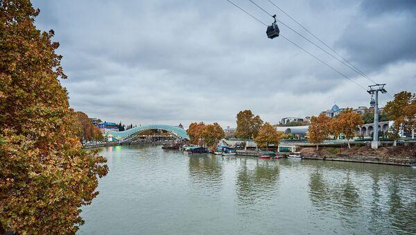 Вид на город Тбилиси в пасмурную погоду. На фото - набережная реки Кура и тбилисская канатная дорога - Sputnik Грузия