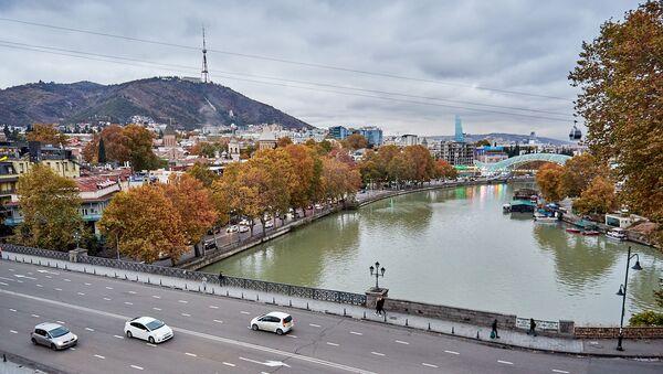 Вид на город Тбилиси в пасмурную погоду. Вид на Метехский мост, набережную реки Кура и центр города - Sputnik Грузия