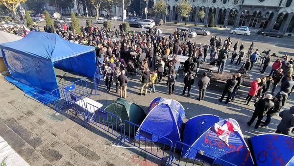 Активисты оппозиции у здания парламента Грузии утром 29 ноября. Акция протеста продолжается на пешеходной части проспекта - Sputnik Грузия