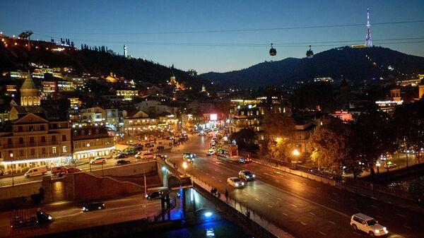 Ночной вид на город Тбилиси - центр столицы, видна гора Мтацминда с телевышкой, а на переднем плане - Мейдан и старый город - Sputnik Грузия