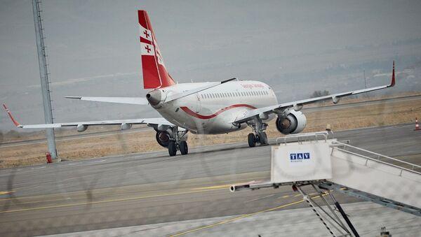 Самолет грузинской авиакомпании Airzena Georgian Airlines на стоянке в аэропорту - Sputnik Грузия