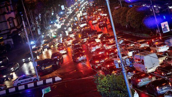 Машины едут ночью с улицы Меликишвили в сторону проспекта Руставели у здания Филармонии - Sputnik Грузия