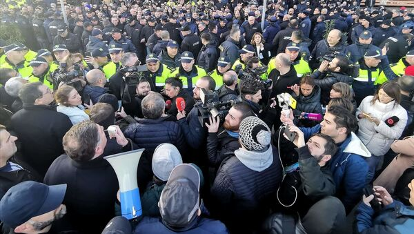 Полицейское оцепление. Активисты оппозиции проводят акцию протеста в городе Мцхета 3 декабря - Sputnik Грузия