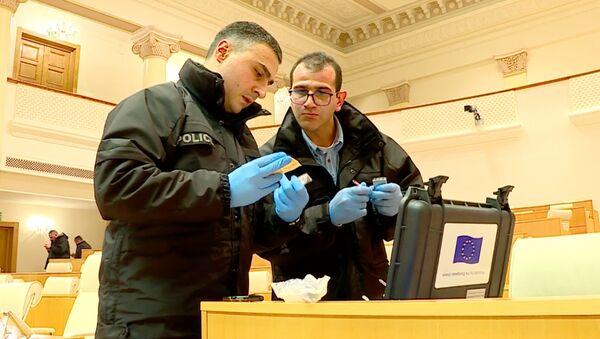 Эксперты-криминалисты изучают ситуацию в зале заседаний парламента Грузии - Sputnik Грузия