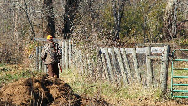 Мужчина идет в лес на охоту - Sputnik Грузия