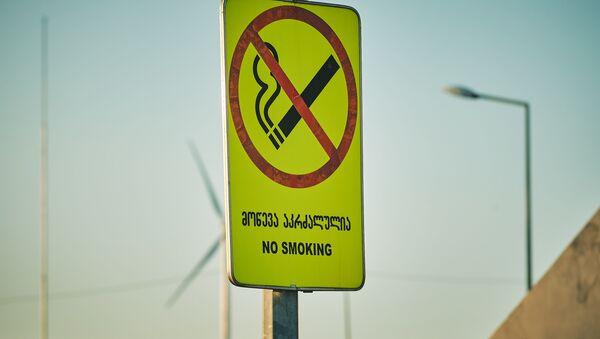 Табличка с надписью Не курить на бензоколонке - Sputnik Грузия