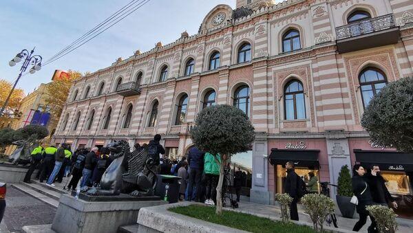 Сторонники ЕНД собрались у Сакребуло после стычки между депутатами - Sputnik Грузия