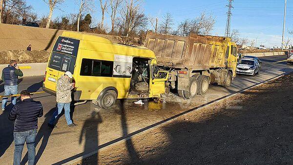 Крупная авария. Столкновение маршрутного такси и грузовика - Sputnik Грузия