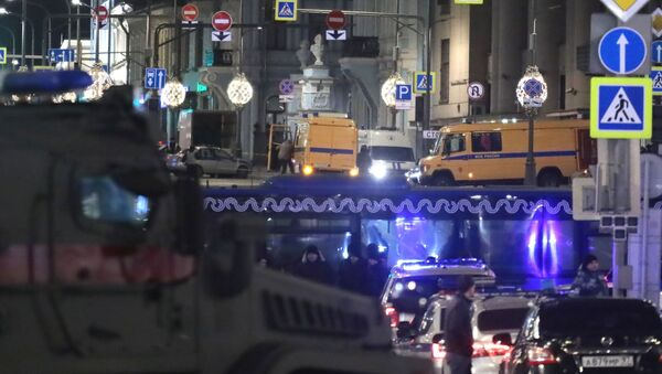 Автомобили ФСБ, Росгвардии и полиции на улице Большая Лубянка, где рядом со зданием ФСБ произошла стрельба - Sputnik Грузия