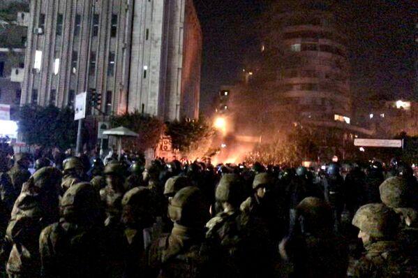 Стражи порядка в свою очередь интенсивно используют слезоточивый газ для разгона активистов - Sputnik Грузия