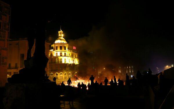 Сильные противостояния между митингующими и армией начались в субботу после того, как группа активистов попыталась прорваться к зданию парламента - Sputnik Грузия