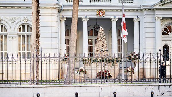 Резиденция президента Грузии на улице Атонели. Новогодняя елка у входа - Sputnik Грузия