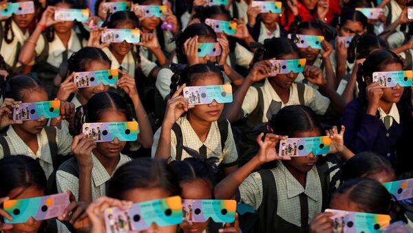 Дети в очках наблюдают солнечное затмение в Ахмедабаде, Индия - Sputnik Грузия