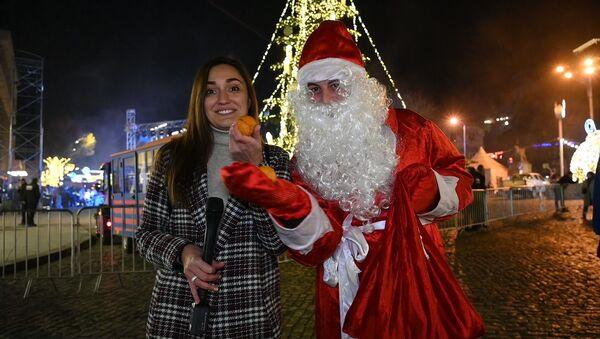 Новогодние стихи за мандаринку в Тбилиси - забавное видео - Sputnik Грузия