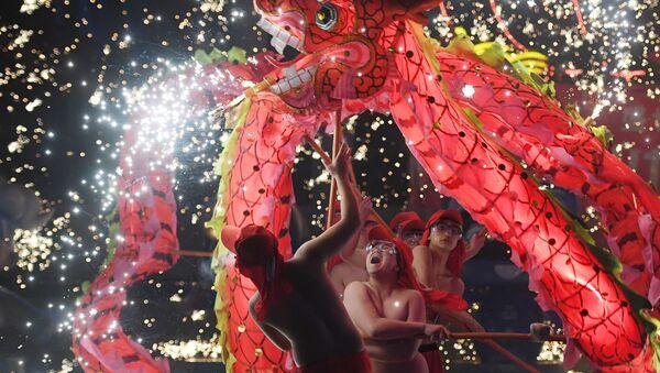 Выступление танцоров в парке Пекина в четвертый день Лунного Нового года, Китай - Sputnik Грузия