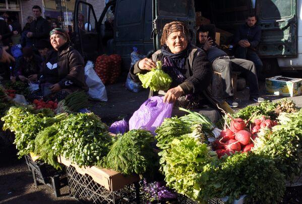 Свежую зелень к различным блюдам, конечно, следует покупать на рынке. Если ехать далеко, то можно ее и в магазине купить. Но с рынка принесешь домой больше впечатлений - Sputnik Грузия