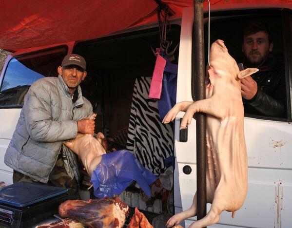 По прежнему огромным спросом пользуются поросята. На новый год тбилисцы их запекают. Те, кто не может это сделать в домашних условиях, отдают поросят в пекарни - Sputnik Грузия