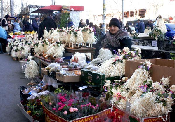 Торговцы чичилаки занимают целые ряды. Выгоднее всего их покупать прямо перед Новым годом - цены падают в два-три раза - Sputnik Грузия