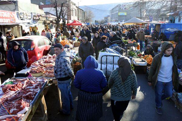 Тысячи и тысячи жителей Тбилиси отправляются перед Новым годом на столичные рынки за продуктами - Sputnik Грузия