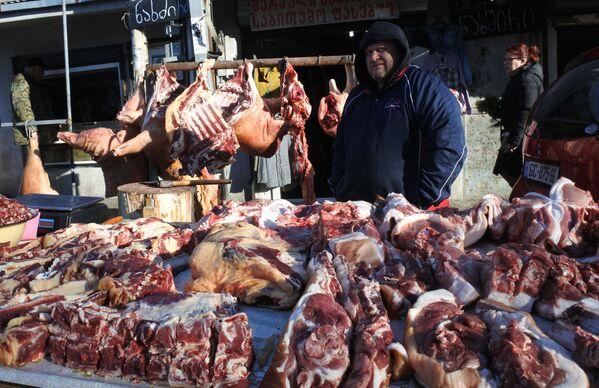 Заметим, что в грузинской кухне много мясных блюд. Поэтому мясные ряды в предновогодние дни заполняют даже улицы у городских рынков  - Sputnik Грузия