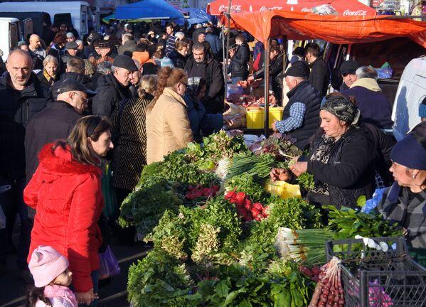 Можно спорить, где сейчас цены ниже - в крупных супермаркетах или на рынках, но тбилисские базары - это, конечно, по-прежнему очень колоритно - Sputnik Грузия