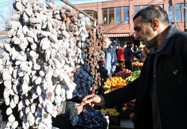 И сушеные корольки. Наверное, такое их количество на рынке можно увидеть только перед Новым годом - Sputnik Грузия
