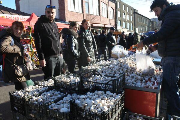 Популярными в последние годы в Грузии стали блюда с грибами. За ними на рынках тоже выстраивается очередь - Sputnik Грузия