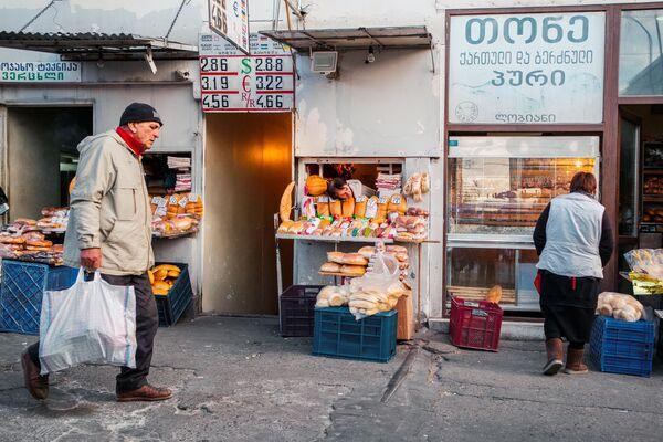 Также можно почувствовать себя счастливым уже до Нового года, просто выбравшись с покупками из толкучки на новогоднем базаре - Sputnik Грузия