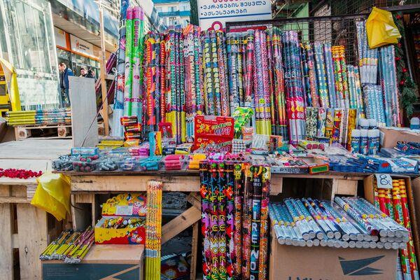 На новогодние рынки люди также отправляются, чтобы купить тут фейерверки, хлопушки и петарды. Судя по всему, в эту новогоднюю ночь над Тбилиси будет очень светло - множество фейерверков и ракет будут запущено в небо - Sputnik Грузия