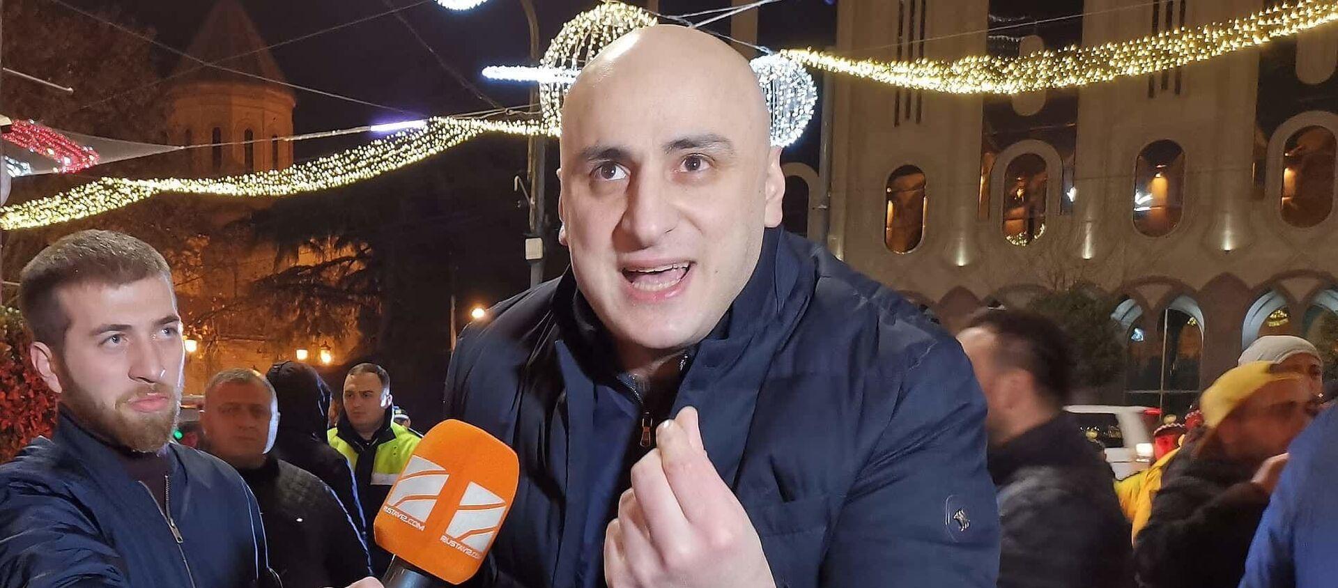 Ника Мелия с журналистами. Власти убрали палатки оппозиции у здания парламента в ночь на 31 декабря, чтобы установить там новогодние аттракционы - Sputnik Грузия, 1920, 05.02.2021