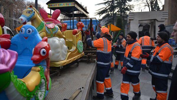 Власти столицы Грузии устанавливают новогодний городок и аттракционы у здания парламента Грузии 31 декабря - Sputnik Грузия