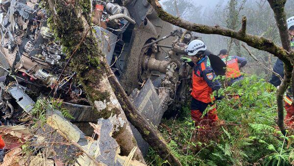 Спасательная команда разыскивает пропавших военных офицеров после того, как вертолет Black Hawk совершил вынужденную посадку в горной местности недалеко от Тайбэя, Тайвань - Sputnik Грузия