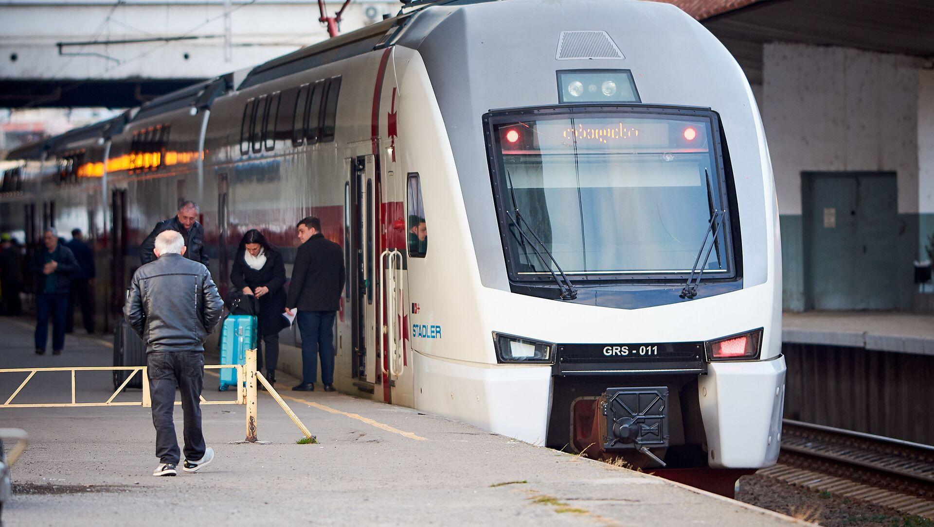 Двухэтажный пассажирский поезд Stadler выполняет рейс Тбилиси - Батуми - Sputnik Грузия, 1920, 06.08.2021