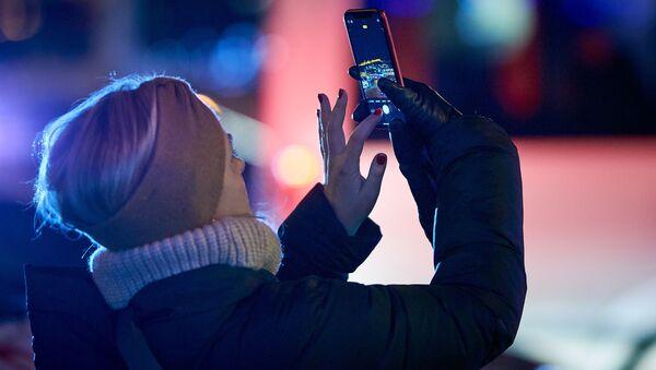 Женщина фотографирует на память старый город на смартфон - Sputnik Грузия
