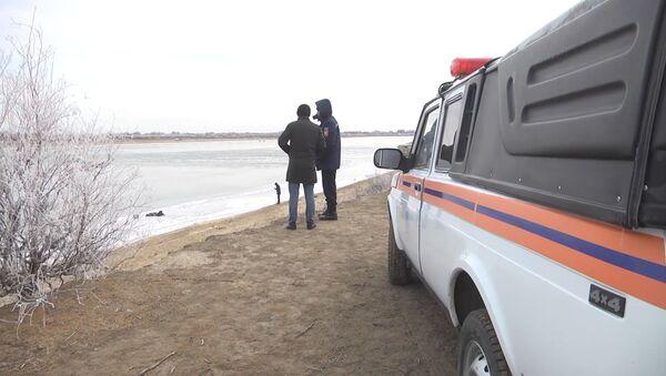 Полицейские в Казахстане спасли трех подростков, провалившихся под лед - Sputnik Грузия