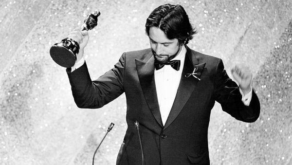 Актер Роберт Де Ниро со статуэткой на церемонии вручения премии Оскар в Лос-Анджелесе  - Sputnik Грузия