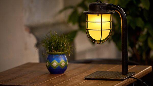 Лампа в кафе на столике - Sputnik Грузия