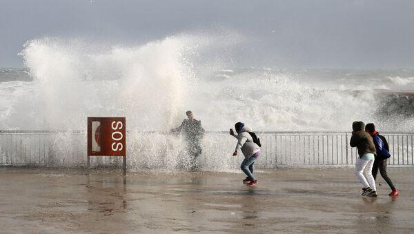 Туристы во время шторма Глория на пляже Барселонета в Барселоне, Испания  - Sputnik Грузия
