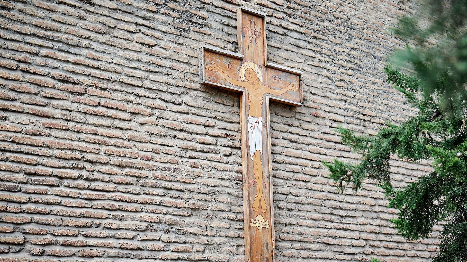 Церковь Отец Креста. Изображение креста на стене церкви с распятым Иисусом Христом - Sputnik Грузия, 1920, 25.09.2021