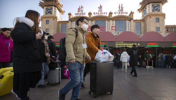 Путешественники в масках у вокзала в Пекине  - Sputnik Грузия