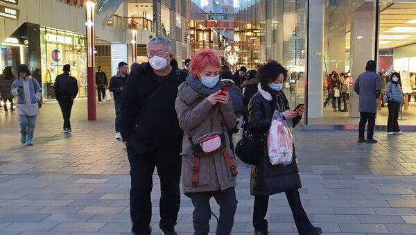 Прохожие в защитных масках на одной из улиц в Пекине - Sputnik Грузия