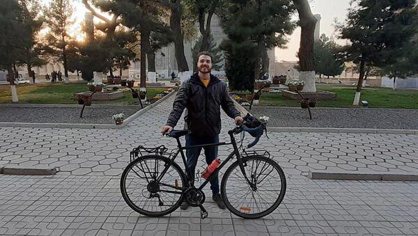 Английскому путешественнику Роуэну Кэмпеллу вместо украденного  велосипеда подарили новый - Sputnik Грузия