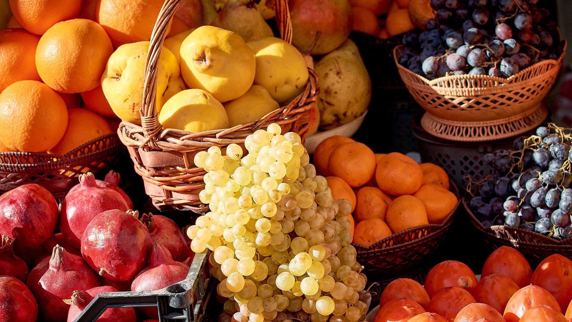 Фрукты и овощи в уличной лавке - апельсины, гранаты, виноград, айва и хурма - Sputnik Грузия, 1920, 06.10.2021