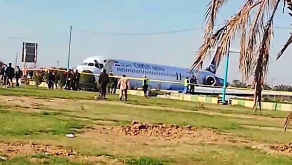 В Иране пассажирский самолет после посадки выкатился на шоссе - Sputnik Грузия